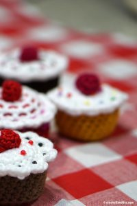 Free Crochet Sweetheart Cupcakes Pattern for Valentine's Day. Great project to make for kids who like to play house or play with fake food items. Would even make a fun Mother's Day or Birthday gift